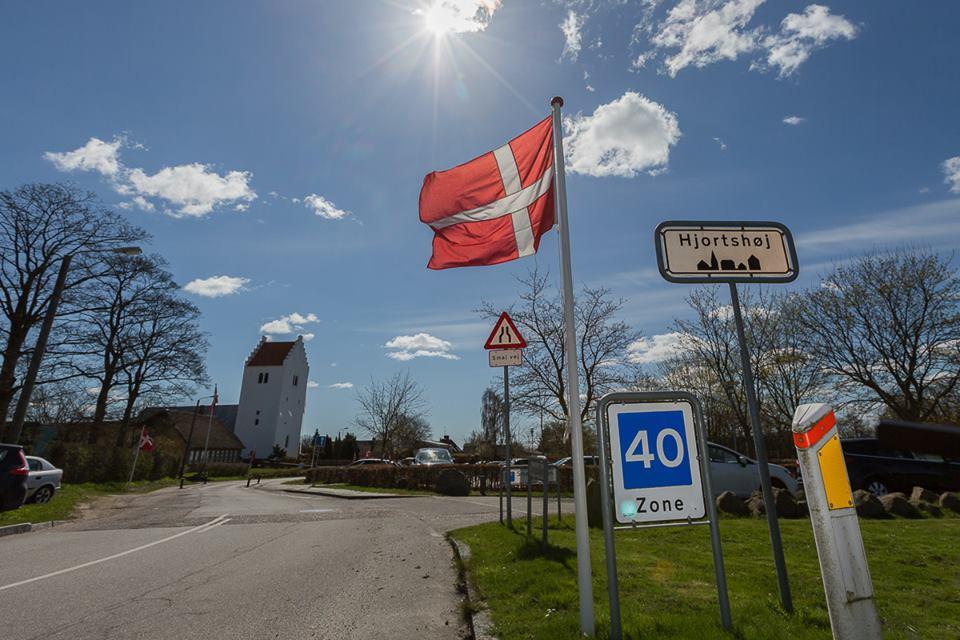 Hjortshøj med kirke og flag